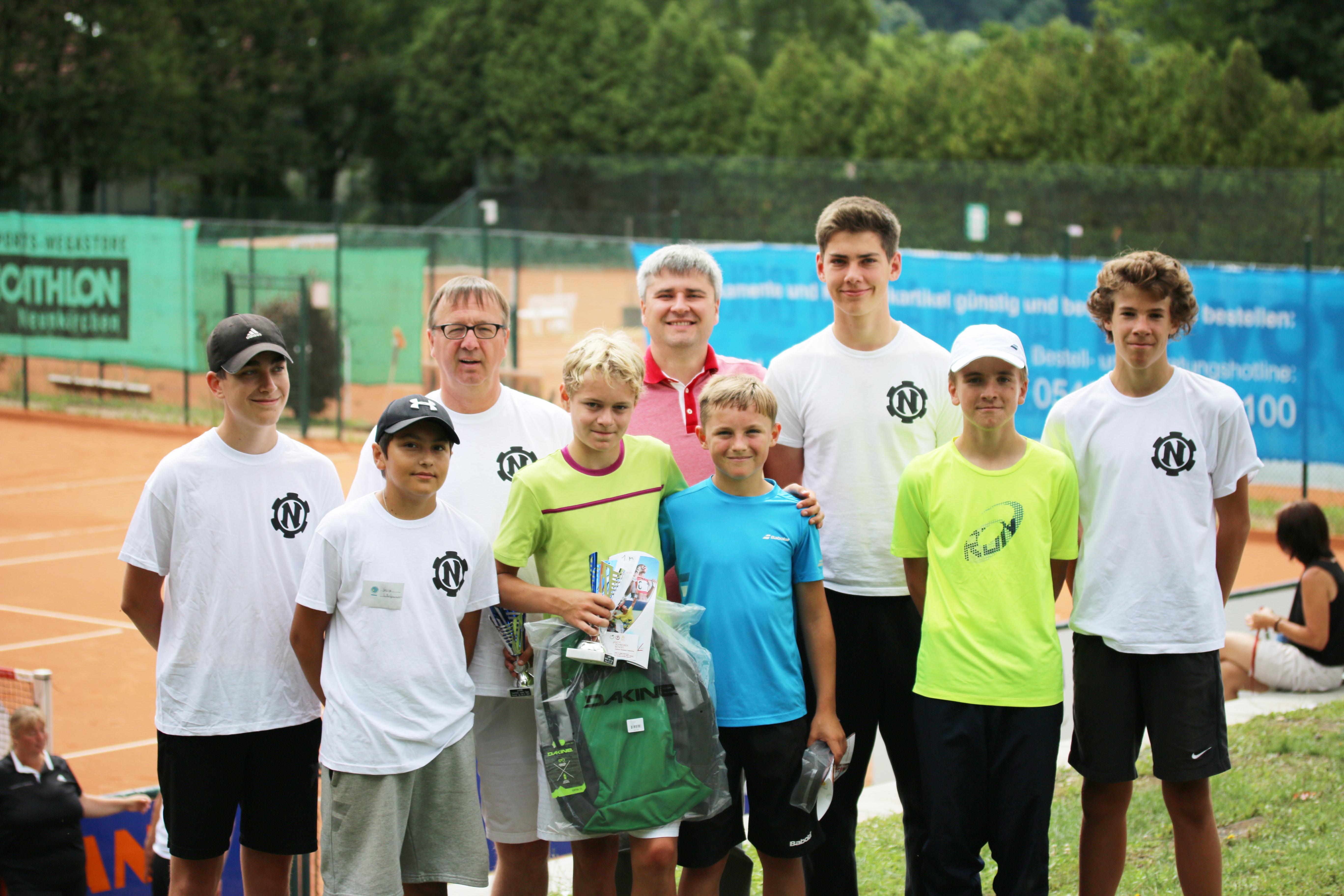 Turnierdirektor Hinter Horsch mit den den beiden Finalisten des Jungen-Endspiels und den Ballkindern mit Oberschiedsrichter Alexandr Kulik